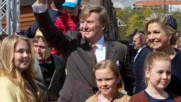 Koningsdag in den Niederlanden: Niederländer feiern ihren König Willem-Alexander an seinem 50. Geburtstag in Tilburg. Willem-Alexander wird begleitet von Königin Máxima und seinen Töchtern den Prinzessinnen (l-r) Amalia, Ariane und Alexia.  © dpa - Bildfunk Fotograf: Peter Dejong/AP/dpa