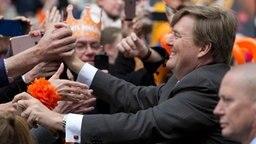 Koningsdag in den Niederlanden: Niederländer feiern ihren König Willem-Alexander an seinem 50. Geburtstag in Tilburg. © dpa - Bildfunk Fotograf: Peter Dejong/AP/dpa