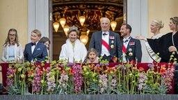 Die norwegische Königsfamilie steht anlässlich des 80. Geburtstages von König Harald auf einem Balkon. © picture alliance / Patrick van Katwijk/Dutch Photo Press/dpa