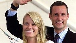 """An Bord der königlichen Jacht """"Norge"""" winken Kronprinz Haakon und Mette-Marit vor ihrer Hochzeit am 24. August 2001 Schaulustigen zu © Picture-Alliance / dpa / Pressens Bild"""