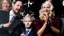 Kronprinz Haakon und Prinzessin Mette-Marit mit ihrem Sohn Marius Borg Høiby bei einem Konzert anlässlich der Verleihung des Friedensnobelpreises 2009 © Picture-Alliance / dpa / Dutch Photo Press Fotograf: Patrick Van Katwijk