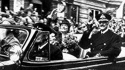 König Haakon VII. bei seiner Rückkehr aus dem englischen Exil 1945, neben ihm seine Schwiegertochter Prinzessin Märtha © Picture-Alliance / dpa