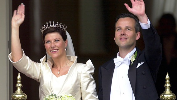 24. Mai 2002: Prinzessin Märtha Louise heiratet in Trondheim den bürgerlichen Ari Behn © Picture-Alliance / Scanpix