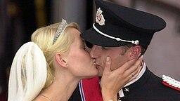 25. August 2001: Kronprinz Haakon und Mette-Marit geben sich ihren Hochzeitskuss © Picture-Alliance / dpa Fotograf: Boris Roessler