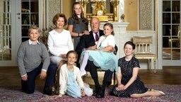 Königin Sonja und König Harald umringt von ihren fünf Enkelkindern  Fotograf: Lise Aserud
