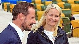 Das norwegische Kronprinzenpaar am 12. Juni 2010 auf der Seebrücke in Binz © dpa Fotograf: Jens Wolf