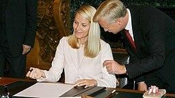 Prinzessin Mette-Marit trägt sich am 18. Oktober 2006 ins Goldene Buch der Stadt Hamburg ein © Picture-Alliance / dpa Fotograf: Maurizio Gambarini