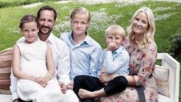 Die norwegische Kronprinzenfamilie im Sommer 2013 © Det Kongelige Hoff Fotograf: Sølve Sundsbø