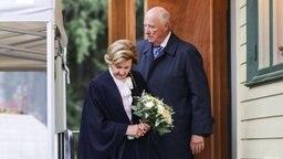 Begleitet von König Harald besucht Königin Sonja ihr Elternhaus im Freilichtmuseum Maihaugen. © Picture-Alliance / NTB scanpix / dpa Fotograf: Geir Olsen