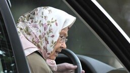 Die britische Königin Elizabeth sitzt am Steuer eines Autos. © (c) dpa Foto: Nick Ansell