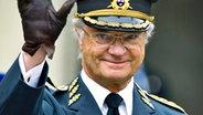 König Carl XVI. Gustaf winkt an seinem 64. Geburtstag Gratulanten zu © dpa Bildfunk