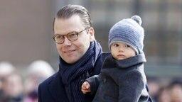 Feierlichkeiten zu Victorias Namenstag in Schweden: Prinz Daniel  trägt Prinz Oscar auf dem Arm. © dpa Fotograf: picture alliance / IBL Schweden