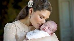 Kronprinzessin Victoria hält ihr erstes Baby Prinzessin Estelle im Arm © dpa - Bildfunk / Swedish Royal Court Foto: Kate Gabor/Royalcourt.se