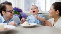 Prinzessin Estelle mit ihrem Vater Prinz Daniel und Prinzessin Victoria.  © Kungahuset.se Foto: Kate Gabor