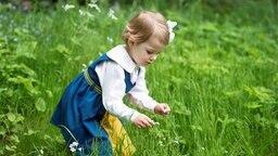 Prinzessin Estelle plückt Blumen auf einer Wiese. © royalcourt.se, Sweden Foto: Kate Gabor