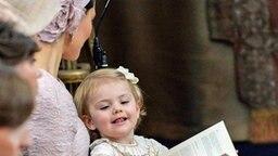 Estelle sitzt bei der Taufe von Leonore neben ihrer Mutter Victoria. © dpa-Bildfunk Fotograf: Jonas Ekstromer