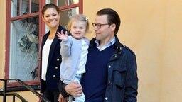 Prinzessin Estelle mit ihren Eltern Kronprinzessin Victoria und Prinz Daniel am ihren ersten Kindergartentag. Foto: Anders Wiklund