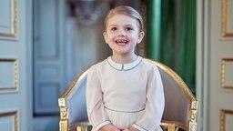 Prinzessin Estelle sitzt auf einem Stuhl © The Royal Court of Sweden Foto: Kate Gabor