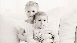 Prinzessin Estelle von Schweden hält ihren Bruder Prinz Oscar im Arm. © The Royal Court, Sweden Fotograf:  Erika Gerdemark