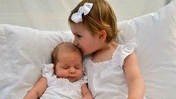 Prinzessin Estelle küsst ihre Cousine, Prinzessin Leonore © H.K.H. Kronprinsessan Victoria, The Royal Court, Sweden