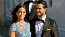 """Sofia Hellqvist und Prinz Carl Philip von Schweden stehen vor der MS """"Stockholm"""". © dpa - Bildfunk Fotograf: Anders Wiklund"""