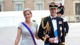 Prinz Edward und seine Frau Sophie bei ihrer Ankunft vor der Kapelle des Königspalastes in Stockholm. © dpa - Bildfunk/EPA Fotograf: Fredrik Sandberg