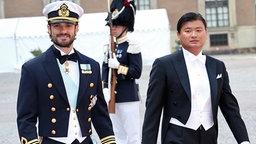 Prinz Carl Philip erreicht zusammen mit seinem Trauzeugen Jan-Åke Hansson die Kapelle des Königspalastes in Stockholm. © picture alliance/IBL Schweden Fotograf: Charles Hammarsten / IBL Bildbyrå