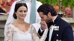 Prinz Carl Philip küsst Sofia bei ihrer Hochzeit die Hand. © dpa - Bildfunk Fotograf: Claudio Bresciani