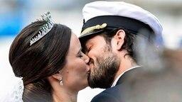 Prinz Carl Philip und Sofia küssen sich nach ihrer Hochzeit © dpa - Bildfunk Fotograf: Pontus Lundahl