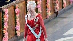Königin Margrethe von Dänemark betritt die Kapelle des Königspalastes in Stockholm. © dpa - Bildfunk Fotograf: Jonas EkstroemerTt