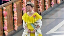 Königin Sonja von Norwegen betritt die Kapelle des Königspalastes in Stockholm. © dpa - Bildfunk Fotograf: Jonas Ekstroemer