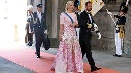 Norwegens Kronprinz Haakon und seine Frau Mette-Marit betreten die Kapelle des Königspalastes in Stockholm. © dpa - Bildfunk/EPA Fotograf: Soeren Andersson
