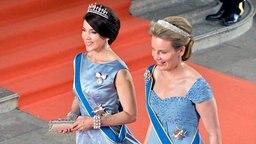 Prinzessin Mary von Dänemark und Königin Mathilde von Belgien betreten die Kapelle des Königspalastes in Stockholm. © dpa - Bildfunk/EPA Fotograf: Henrik Montgomery