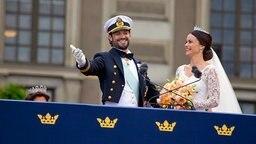 Prinz Carl Philip und Sofia stehen auf dem Balkon des Stockholmer Palasts. © picture alliance/IBL Schweden Fotograf:  Roger Schederin / IBL Bildbyrå