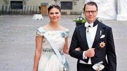 Kronprinzessin Victoria und ihr Mann Daniel posieren bei der Hochzeit von Carl Philip und Sofia im Juni 2015 für die Fotografen. © picture alliance / dpa Fotograf:  Patrick van Katwijk