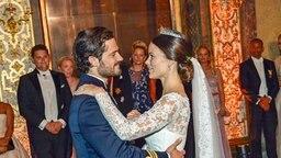 Prinz Carl Philip und Sofia beim ersten Hochzeitstanz  © dpa-Bildfunk Fotograf: Jonas Ekstroemer