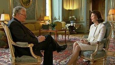 Rolf Seelmann-Eggebert sitzt vor Königin Silvia. © NDR
