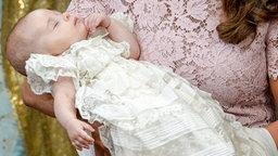 Prinzessin Leonore liegt im Arm ihrer Mutter Madeleine. © dpa-Bildfunk Fotograf: Jonas Ekstromer