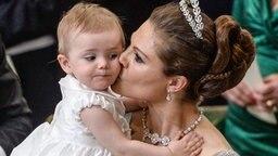 Während der Trauung von Prinzessin Madeleine gibt Kronprinzessin Victoria Töchterchen Estelle einen Kuss. © dpa Bildfunk / Scanpix Fotograf: Jessica Gow
