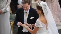 Chris O'Neill steckt Prinzessin Madeleine den Ehering an den Finger. © dpa Bildfunk / Scanpix Fotograf: Redrik Sandberg
