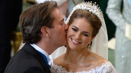 Chris O'Neill küsst seine Braut, Prinzessin Madeleine, in der Kapelle des Stockholmer Schlosses. © dpa Bildfunk / Scanpix Fotograf: Jessica Gow