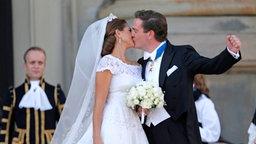 Prinzessin Madeleine und Chris O'Neill geben sich ihren Hochzeitskuss. © dpa Bildfunk / Scanpix Foto: Bjorn Larsson Rosval