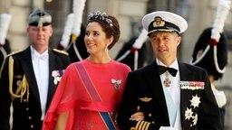 Kronprinz Frederik und Prinzessin Mary von Dänemark erreichen Madeleines Hochzeitskapelle im Stockholmer Schloss. © dpa Bildfunk / Scanpix Fotograf: Soren Andersson