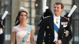 Prinz Joachim und Prinzessin Marie von Dänemark erreichen Madeleines Hochzeitskapelle im Stockholmer Schloss. © dpa Bildfunk / Scanpix Fotograf: Soren Andersson