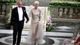 Mikael Bolyos und Marie Fredriksson, Sängerin der Pop-Band Roxette, erreichen Madeleines Hochzeitskapelle auf Schloss Stockholm. © dpa Bildfunk / Scanpix Fotograf: Anders Wiklund