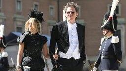 John Taylor von der Band Duran Duran und seine Frau Gela Nash erreichen Prinzessin Madeleines Hochzeitskapelle auf Schloss Stockholm. © dpa Bildfunk / Scanpix Fotograf: Soren Andersson