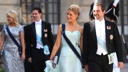 Prinz Nikolaos von Griechenland und seine Frau Tatiana erreichen die Hochzeitskapelle von Prinzessin Madeleine auf Schloss Stockholm. © dpa Bildfunk / SCANPIX Fotograf: Soren Andersson