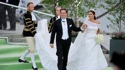 Chris O'Neill und Prinzessin Madeleine gehen an Bord eines Dampfschiffes, das das Brautpaar zum Schloss Drottningholm bringt. © dpa Bildfunk / EPA Fotograf: Erik Martensson