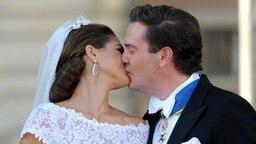 Prinzessin Madeleine und Chris O'Neill geben sich ihren Hochzeitskuss. © dpa Bildfunk Fotograf: Carsten Rehder