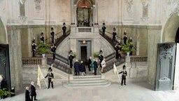 Bei der Taufe von Prinz Oscar von Schweden betreten Gäste die Kapelle des Palastes über eine Freitreppe. © dpa Bildfunk Fotograf: Maja Suslin